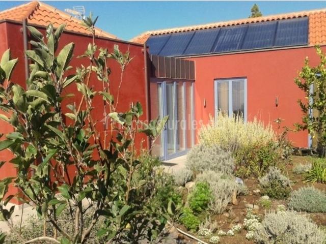 Acceso y tejado con paneles solares
