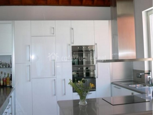 Cocina moderna en blanco con encimera gris