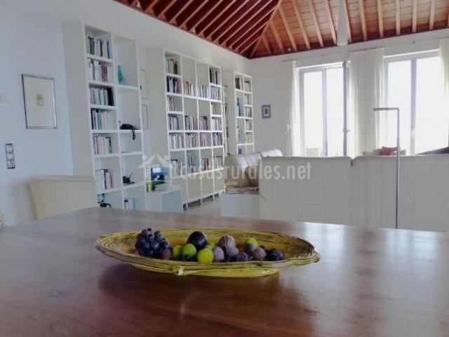Comedor en la sala de estar con centro de frutos
