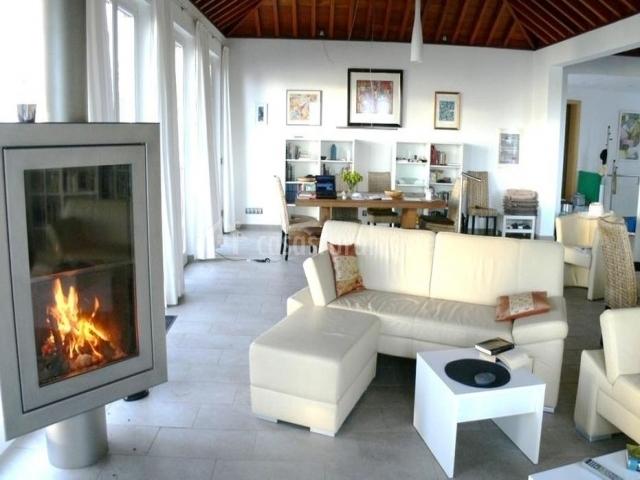 Sala de estar amplia con mesa de madera en el comedor