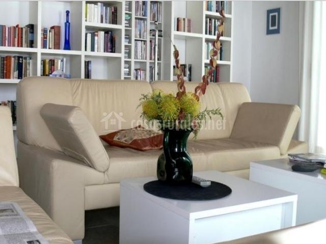 Sala de estar con zona de lectura junto a los sillones