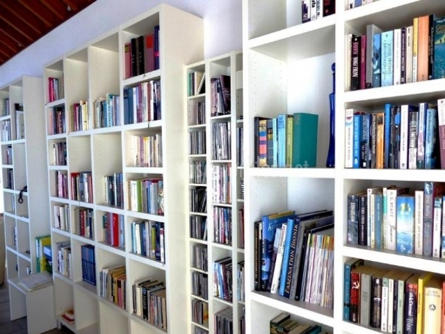 Sala de estar con zona de lectura