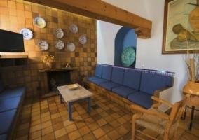 Salón con chimenea en el centro y sillones grandes a los lados