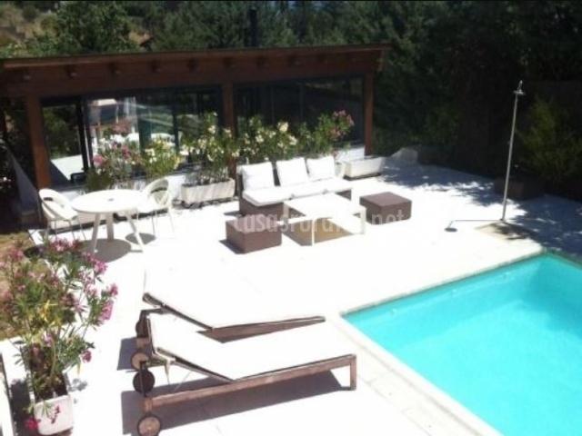 Amplia piscina en la casa