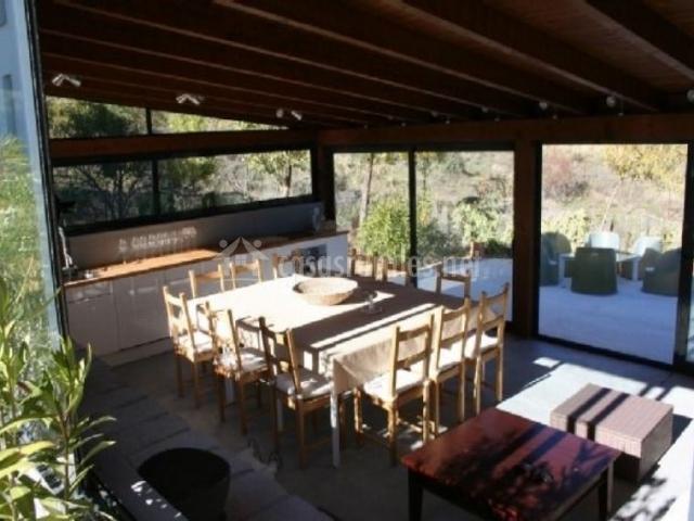 Cocina de la casa con mesa en el centro