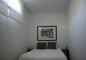 Dormitorio con mesillas al lado de la cama