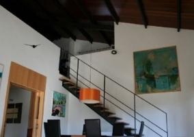 Sala de estar con mesa bajo las escaleras