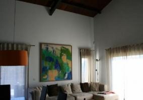 Sala de estar con sus detalles y mucha luz
