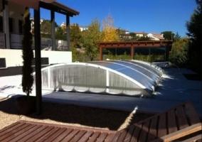 Vistas de la piscina de la casa con hamacas