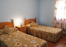 Edredones de flores en dos camas