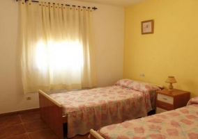 Dormitorio doble y cortinas blancas