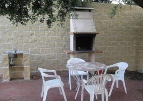 Vistas del patio con barbacoa y mesa con sillas
