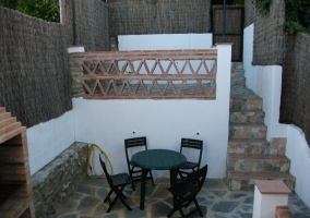 Vistas del patio a doble altura con farola