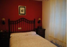Dormitorio doble naranja de la casa rural.