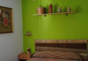 Dormitorio rojo de la casa rural.