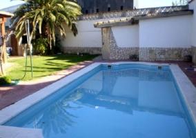 Jardín con hamaca y piscina