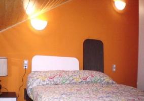 Dormitorio doble con panel de madera
