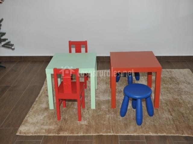 4 Sala de juegos con mesas para niNos