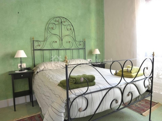 Cama de matrimonio de pared verde