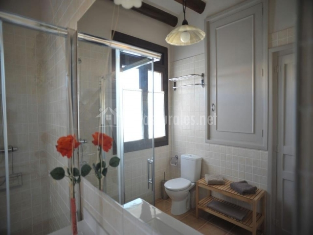 Reflejo del baño en el espejo