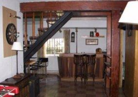 Sala de billar y escaleras