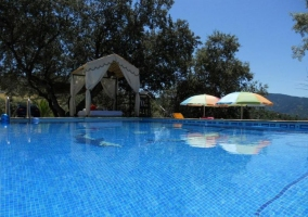 Acceso a la zona de piscina con chill out