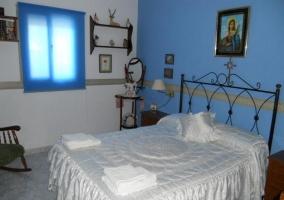 Dormitorio con cama doble.