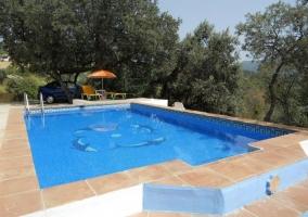 Vistas del acceso a la piscina con hamaca