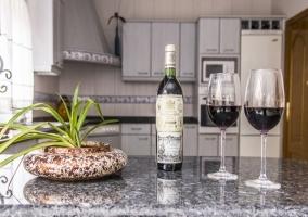 Un vino en la cocina