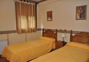Dormitorio en tonos marrones y amarillos
