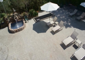 Zona de solarium junto a la piscina