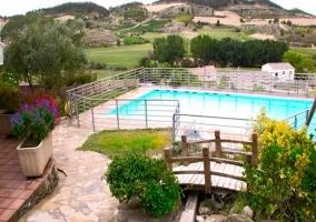 La piscina y el arroyo del jardín