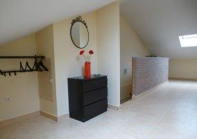 Mobiliario de una de las habitaciones