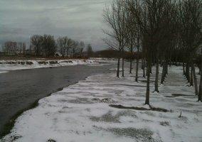 Paisaje del río nevado