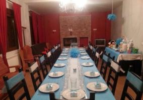 Sala de estar con mesa de comedor puesta y amplia