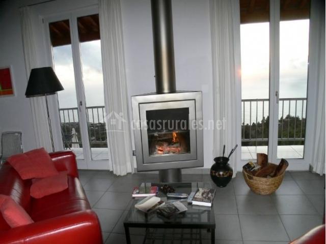 Sala de estar amplia con chimenea 360 grados