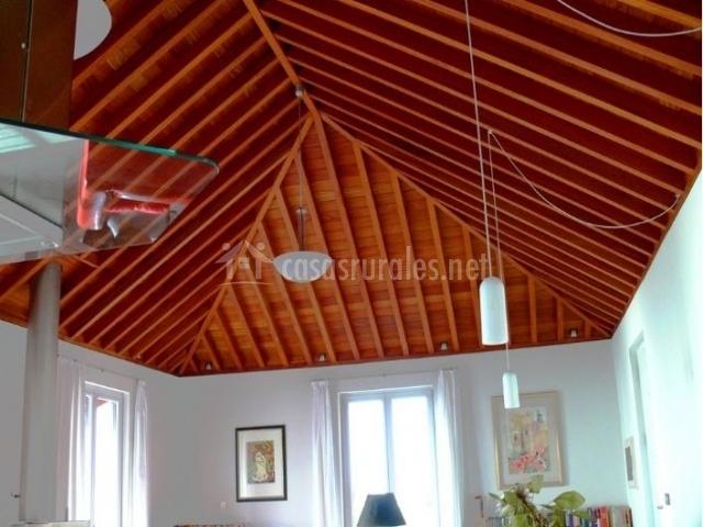 Sala de estar con techos de madera y mucha luz