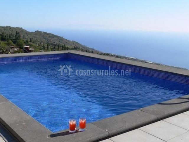 Vistas de la piscina abierta al entorno natural