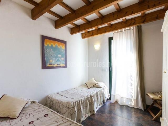 Dormitorio doble en blanco con cuadro de peces morado