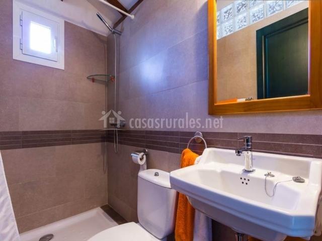 Baño con ducha y con lavabos blancos