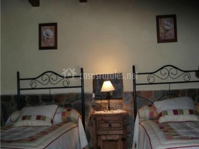 Dormitorio doble con edredones de cuadros