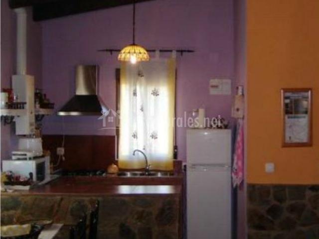 Vista de la cocina morada con electrdomésticos