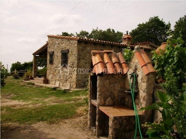 Fuente, barbacoa y fachada exterior