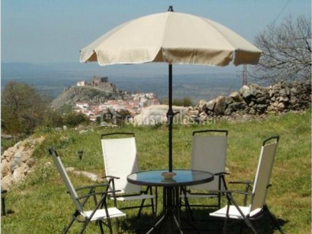 Mobiliario de jardín. Sombrilla y sillas