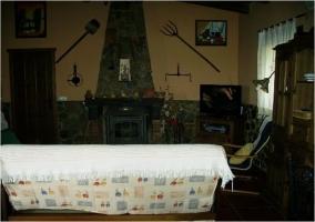 Chimenea y sillón blanco. Zona del salón-comedor