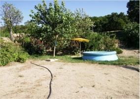 Jardín y piscina desmontable con sombrilla