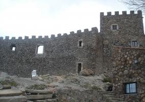 Muralla del castillo de Montánchez