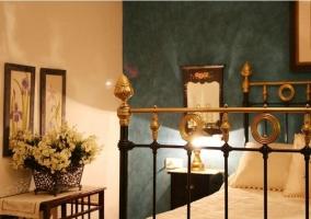 Detalle del dormitorio de matrimonio con paredes verdes