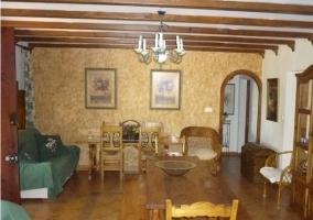Vista total del salón-comedor con mobiliario de madera