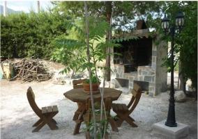 Barbacoa, mesa y sillas de madera